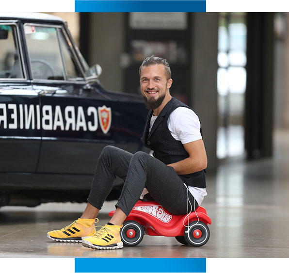 Tobias Conrad lachend auf Bobby Car