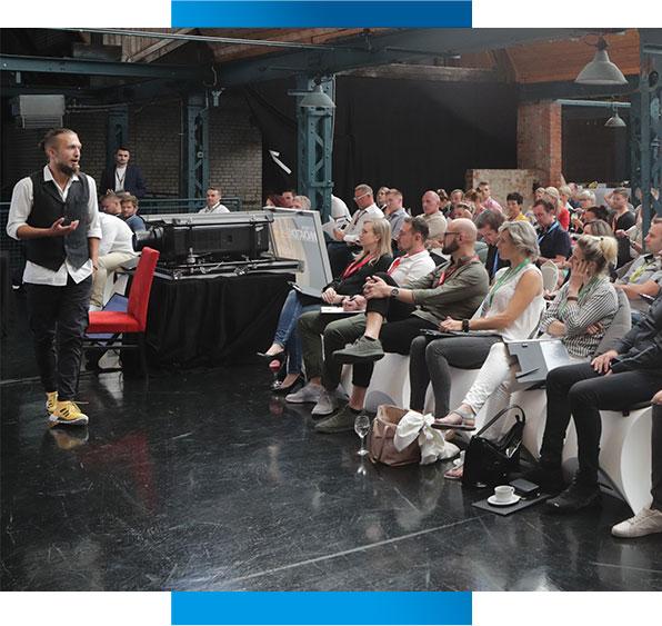 Tobias Conrad auf der Bühne laufend